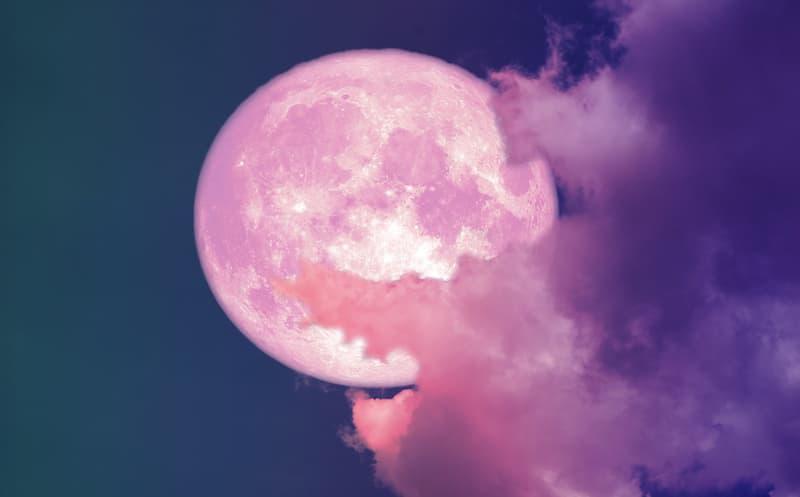 Lyon : une super lune rose dans le ciel en avril